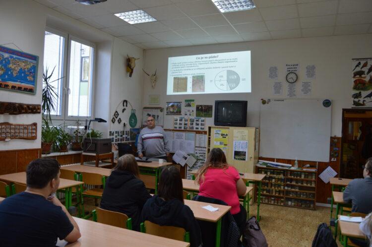 Přednáška odborníka z praxe na téma: Biologie půdy.